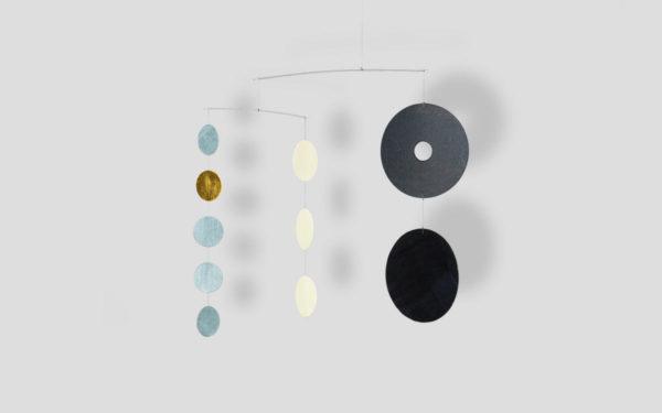 Modernes Mobilé One-To-Seven in Schwarz, Grau, Blattgold - Edelstahl und festes Papier