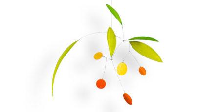 Mobilé Sine in Maigrün mit orangen Punkten. Moderne Dekoration