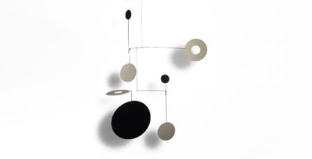 Mobilé Salu (matt lackiert) zum Aufhängen. Modernes Mobilé, Kreise aus bemaltem Papier.