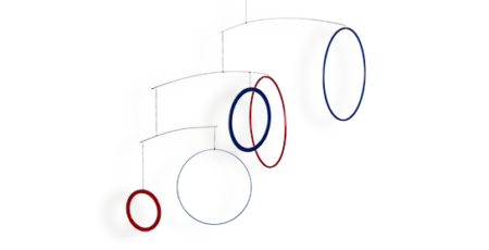 Mobilé Vicos in Blau und rot - Farbiges Mobilé in blau und rot. Schlichtes buntes Mobilé