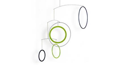 Mobilé Vicos in grün, schwarz und weiß. Schlichtes buntes Mobilé